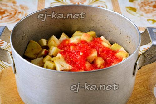 в кастрюле соединяем томатный сок и овощи, тушим