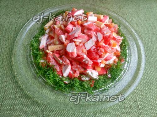 укроп мелко порубить и разместить по краю салата