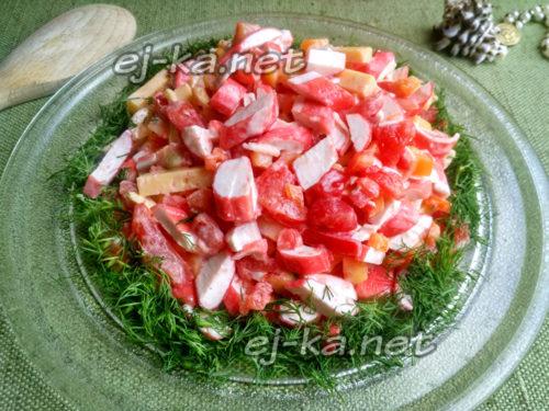 немного поперчить салат