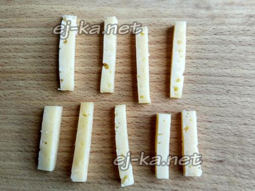 сыр нарезать небольшими брусочками