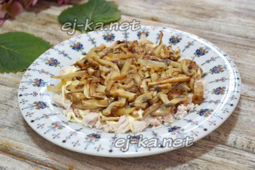 на тарелку выложить курицу, смазать майонезом, затем слой грибов