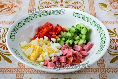 в салатнике смешиваем все компоненты, солим