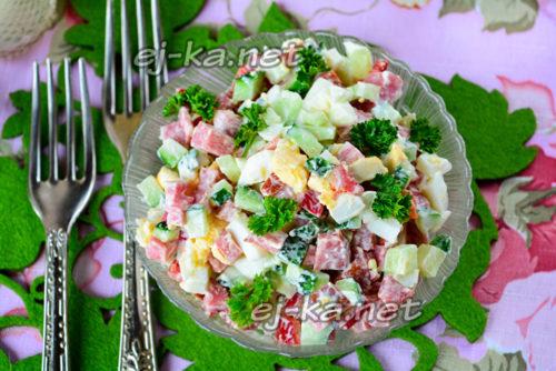 салат с огурцами и копченой колбасой готов