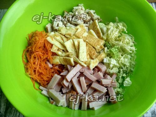 ингредиенты сложить в большую миску и добавить корейскую морковку