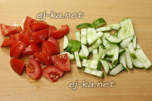 огурцы и помидоры нарезать, переложить в салатник