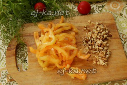 болгарский перец промыть, очистить о семян и нарезать брусочками