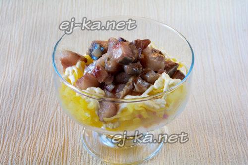 выкладываем слой тертого картофеля, промазываем майонезом, затем слой сельди
