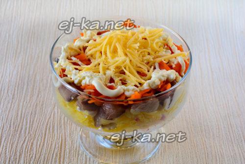 слой репчатого лука, тертой моркови и сыра