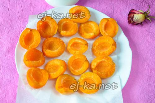 абрикосы помыть и каждую разделить на две половинки, вынув косточку