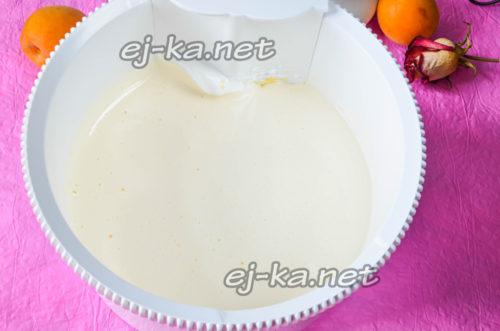 яйца влить в чашу миксера, добавлять частями сахар и взбивать, постепенно увеличивая скорость, до полного растворения сахара