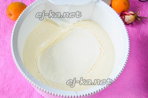 муку просеять и добавить к взбитым яйцам с сахаром