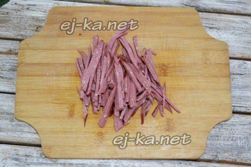 колбасу нарезать соломкой