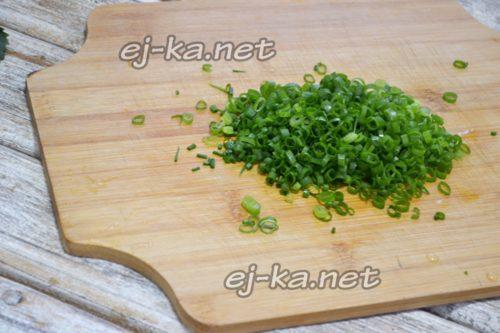 зеленый лук мелко нарезать
