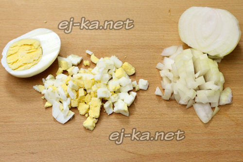 Вареные яйца режем
