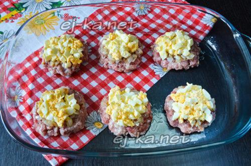 затем выложить яйца с майонезом