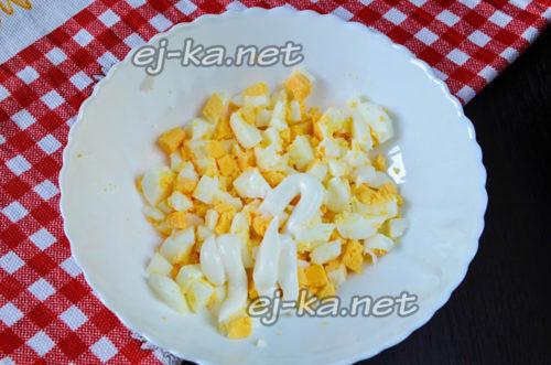 яйца отварить, почистить и нарезать мелкими кубиками, добавить к ним майонез и перемешать
