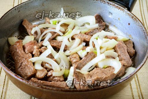 к обжаренному мясу кладем лук и жарим все вместе, солим и перчим