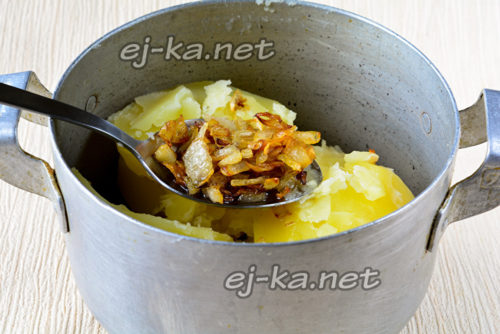 половину жареного лука добавить в картофель