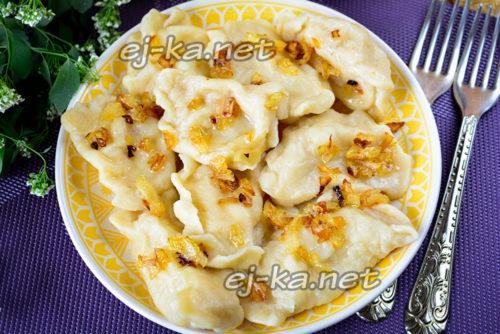 вареники с картофелем и жареным луком готовы
