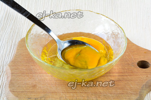взболтать куриное яйцо и растительное масло