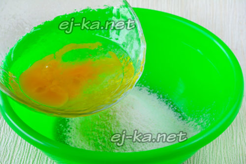 добавить яично-масляную смесь в тесто и перемешать