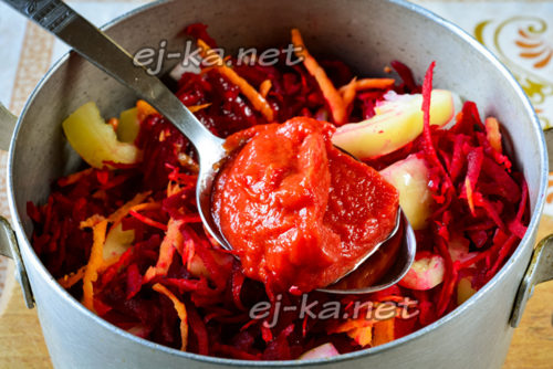 добавляем томатную пасту