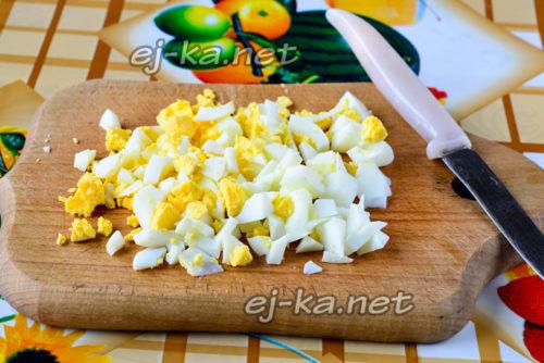 яйца отварить и нарезать кубиками