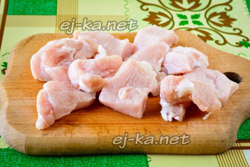мясо промыть и нарезать кусочками