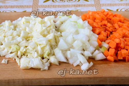 капусту, лук, морковвь почистить и нарезать кубиками