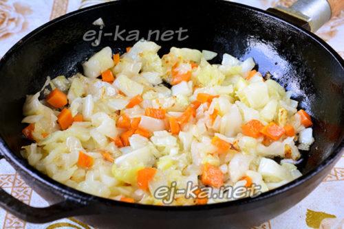 обжарить подготовленные овощи для начинки