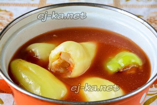 залить перцы томатным соусом
