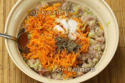 соединяем морковь, лук и капустный фарш