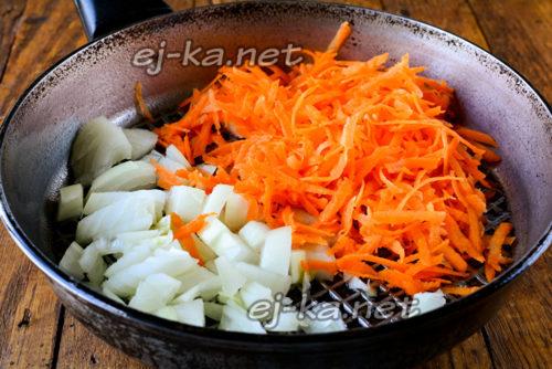 лук и морковь обжарить на сковороде