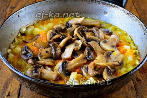 добавить грибы на сковороду