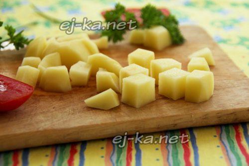 нарезать картофель некрупными кубиками
