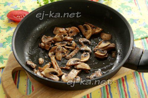 обжарить грибы 5 минут