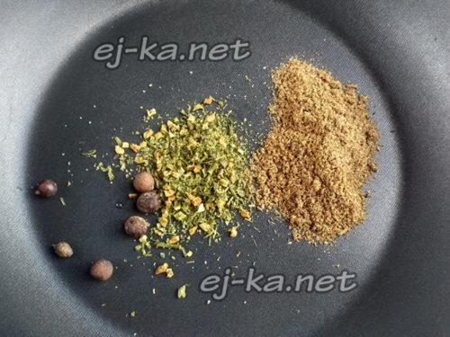 Специи на сковороде