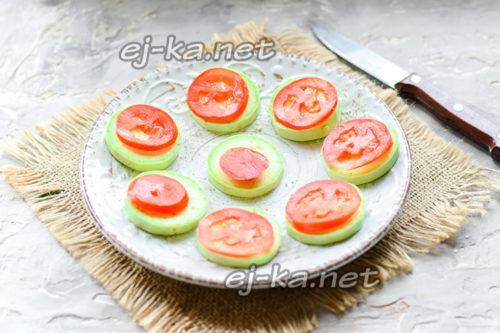 Положить помидоры на кабачки