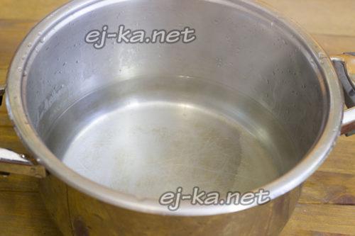 залить водой и довести сироп до кипения
