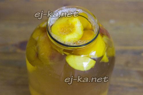 наполняем банку сиропом и персиками