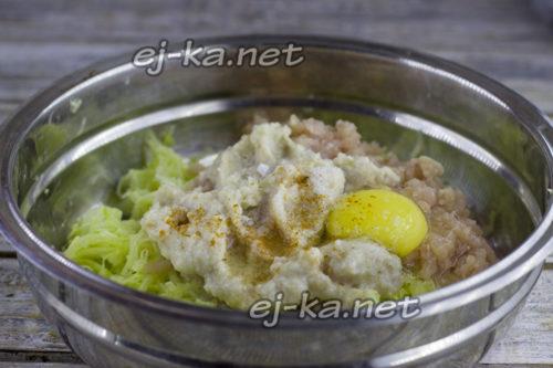 добавление яйца и специй