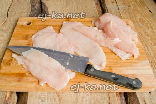 филе нарезаем пластинками толщиной пол сантиметра
