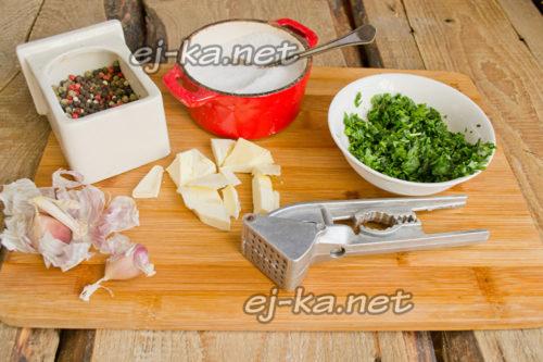 смешиваем размягченное сливочное масло с мелко порубленной зеленью петрушки, солью, перцем и пропущенными через чесночный пресс дольками чеснока