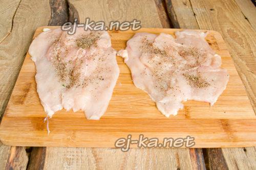 внахлест кладём ломтики куриного филе, солим и перчим