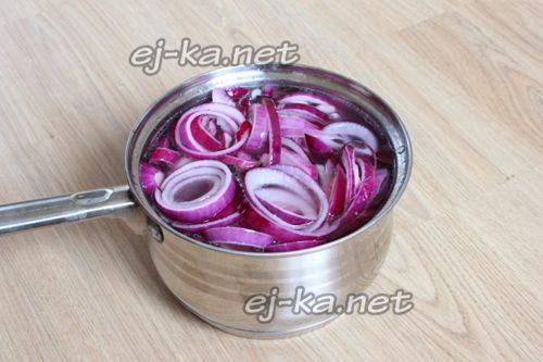 залить лук маринадом