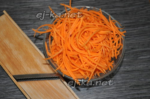 морковь очищаем, моем и натираем на терке для корейской морковки
