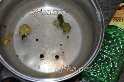 ставим маринад на огонь, кипятим 2 – 3 минуты, после чего убираем кастрюлю с плиты, вливаем уксус