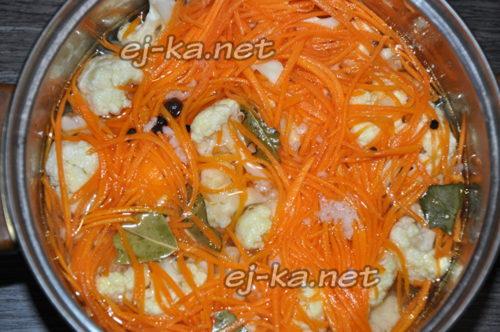 горячим маринадом заливаем цветную капусту с морковкой, накрываем крышкой и оставляем так на сутки