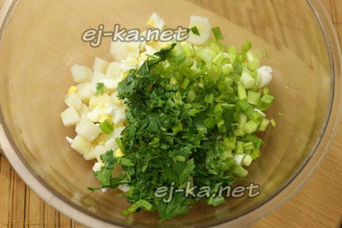 добавление зелени и яиц