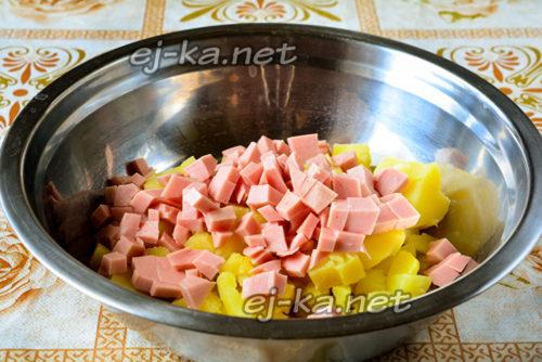 нарезанный колбаса и картошка